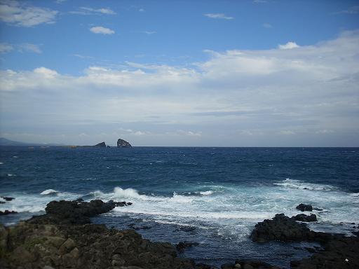 바람의 언덕 저 멀리 형제섬...하얗게 부서지는 파도, 에머랄드빛 바다...그리고 푸른 하늘...