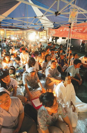서울 가산동에 위치한 기륭전자 농성장에는 매일 저녁 투쟁승리를 위한 촛불문화제가 열리고 있다. 김소연(오른쪽 앞) 분회장의 단식 77일째인 지난 26일, 많은 시민들이 집회에 참여하고 있다.