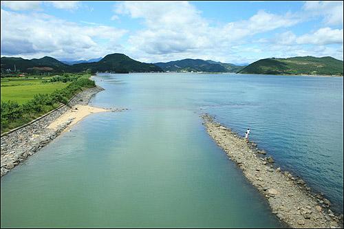 광양 태인도와 하동을 연결하는 섬진대교에서 바라본 섬진강이다. 망덕포구와 외망리가 바라 보인다. 섬진대교는 인간이 만들어 놓은 바다와 강의 경계다. 외망리 어부들은 '섬진강'에서 전어를 잡는다.