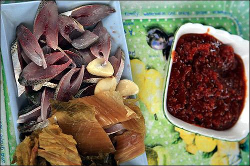 전어 맛은 '묵은 김치'에 된장을 올려 먹는 '된장배기' 가 최고다.