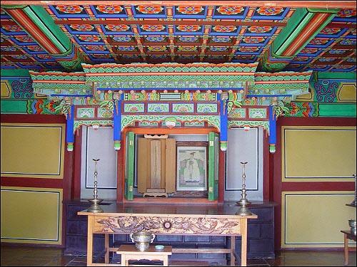 숭의전 안의 위패와 초상화