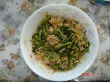 젓가락으로 비벼놓은 비빔밥 갖은 재료를 넣어 젓가락으로 비벼 놓은 비빔밤이다.