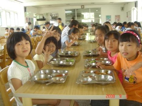 급식을 먹고있는 아이들 예전과 달리 요즘은 초등중 전체 학생들이 학교급식을 하고 있다. 그러나 고등학교의 경우 주문급식을 하는 학교도 있다. 학교급식을 실시하고 난 이후 학교의 점심시간 풍경은 삼사십년 전과 많이 달라졌다.