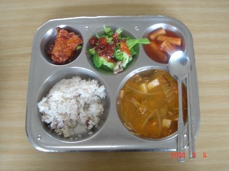 오늘 배식받은 급식 오늘 식단은 강남콩밥, 돈육김치찌개, 삼치엿장조림, 브로콜리초고추장, 깍두시였다. 총 열량은 541cal, 단백질27g, zkftba348g이다.