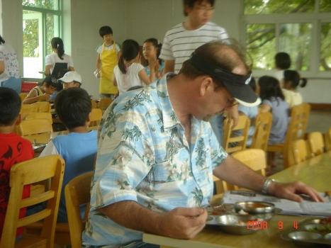 원어민강사 캐빈 부곡초등학교 원어민강사 캐빈(맥코이)가 신문을 들여다 보며 식사를 하고 있다. 그는, 한국음식을 좋아하는 데, 매운음식도 잘 먹고, 특히 물국수와 잡채를 즐겨 먹는다, 그의 잡채만드릭 솜씨는 수준급이다.