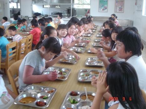 5학년 여학생들의 식사장면 아이들 밥 먹는 모습을 공개적으로 찍었다. 식사 중에 살포시 웃는 모습이 천진스럽다.