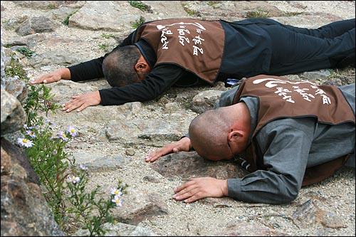 4일 오후 지리산 노고단에서 열린 '사람의 길, 생명의 길, 평화의 길'을 찾아 나서는 오체투지 순례 출발행사에서 수경스님과 문규현신부가 동·서·남·북을 향해 오체투지로 절을 하고 있다.