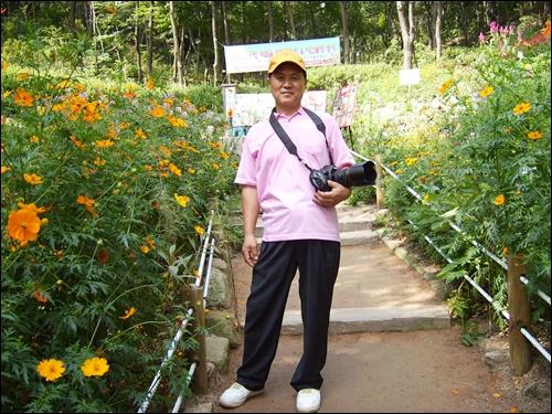 삽과 곡괭이 대신 모처럼 카메라를 메고 나온 김영산씨