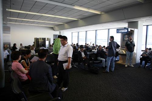 샌프란시스코 공항에서 뉴욕행 비행기를 기다리는 일행들