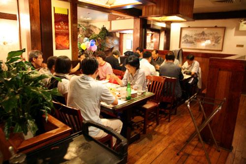 교포가 운영하는 금강산식당에서 늦은 저녁시간에 맛있게 먹는 일행들