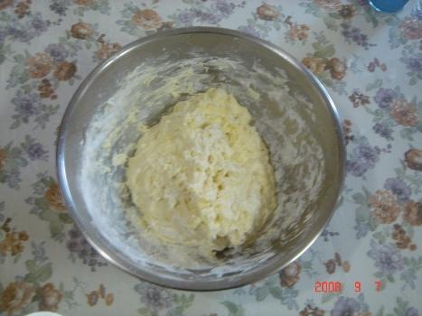 수제비용 밀가루 반죽하기 칼국수를 만들거나 수제비를 만들 때 반죽의 정도는 비슷하다.