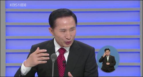 9일 밤 10시 100분간 5개 방송사를 통해 생방송한 '대통령과의 대화- 질문있습니다'에서 패널 질문에 대답하는 이명박 대통령.