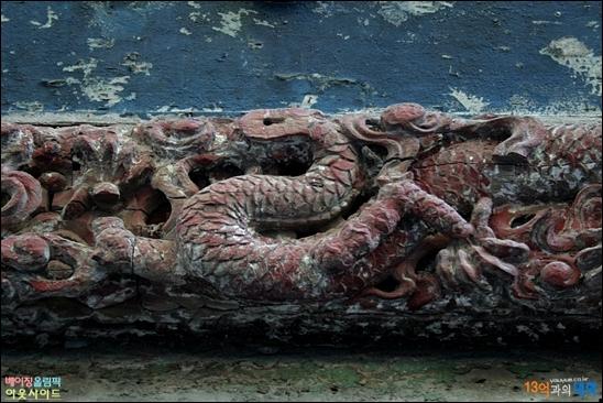 대웅보전의 건륭황제 편액에 새겨진 용문양, 붉은 빛이 퇴색됐지만 은은한 세월의 나이를 드러내고 있다.
