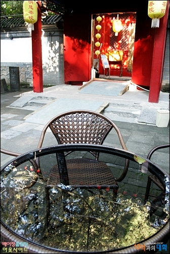 천년고찰에 있는 전통찻집 밍후이차위엔의 마당