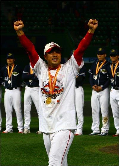 2007년 한국시리즈 MVP 지난 2007년 한국시리즈 MVP는 그가 또 한 번 절망과 싸워 이겼음을 보여주는 훈장이며, 전리품이었다.