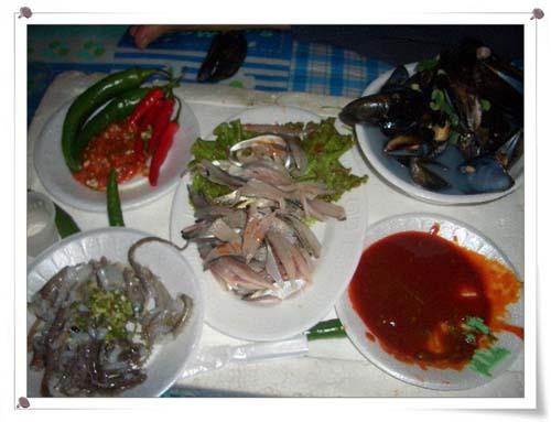 상다리가 휘청이는 해산물 모듬부페 전어·낚지·개불·홍합탕 등이 입맛을 다시게 한다.