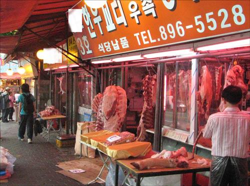 """독산동 축산물 시장. 미국산 쇠고기를 판매하고 있는 서울 마장동과 독산동 축산물 시장의 분위기는 이와 달랐다. 시장 상인들은 """"미국산 쇠고기든 한우든 판매가 안 되고 있다, 시장 전체가 죽었다""""고 입을 모았다."""