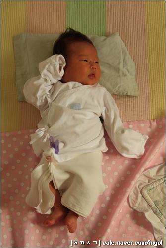 한 달짜리 아기 아기한테 천 기저귀를 쓰니, 빨래감이 장난이 아닙니다만, 우리 어머니와 할머니 모두 이렇게 아기를 키우셨고, 우리도 이처럼 아기를 키울 뿐이기에, 즐겁고 달게 받아들이고 있습니다.