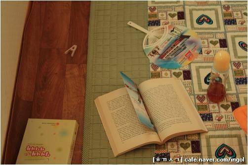 읽던 책 옆지기가 읽던 책. 아기가 보채면 얼른 달려가야 하니, 책도 읽을 짬이 거의 없습니다. 그나마, 아기가 한 달쯤 된 이제가 되니 읽지, 엊그제까지만 해도 몸이 너무 힘들어서 책 한 장 펼치지 못하며 지냈습니다.