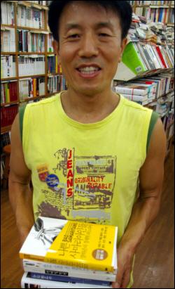 김동운 대표 김 대표가 불온서적(?)인 장하준 교수의 <나쁜 사마리아인들> 등 '그날이 오면'의 인기 도서들을 들고 활짝 웃고있다.