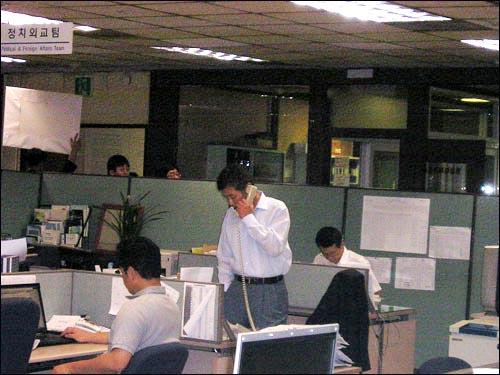 고대영 KBS 보도총괄팀장이 피켓시위를 취재하던 기자들을 내보내기 위해 청원경찰을 호출하고 있다.
