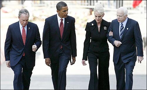매케인과 오바마 오바마 민주당 대선후보와 매케인 공화당 대선후보가 2008년 9월 11일 뉴욕 '그라운드제로'에 헌화한 뒤 함께 걷고 있다.