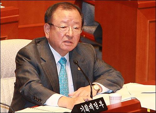강만수 기획재정부 장관이 23일 오전 서울 여의도 국회에서 열린 예산결산특별위원회에서 2007년도 예산결산 보고를 마친뒤 의원들의 질의에 답변하고 있다.