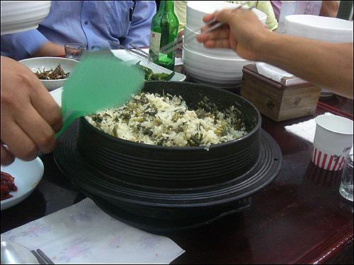 산나물 가마솥밥 산나물밥은 불린 쌀에 산나물을 섞어 지은 밥이다