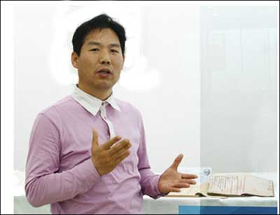 홍현보 주시경의 육필원고본 <국어문법>에 대해 설명하는 세종대왕기념사업회 홍현보 연구원