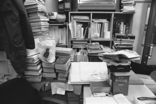 책방 일꾼 자리 1층과 지하층으로 된 헌책방 <숨어있는 책> 일꾼이 앉는 자리 둘레로도 책이 가득 쌓여 있습니다. 손님이 조용히 책을 고르는 동안, 책방 일꾼도 자기 마음을 파고드는 책에 깊이 빠져듭니다.