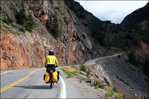 낭떠러지를 옆에 두고 달리는 록키산맥 도로 미국 자전거 여행은 힘들지만 늘 감동을 안겨주는 완소(완전소중)로드였다.
