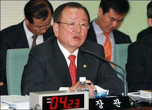 강만수 기획재정부장관이 6일 오전 과천정부청사에서 열린 18대 국회 기획재정위 국정감사에서 의원들의 질의에 답변하고 있다.