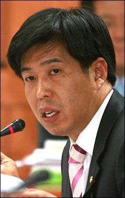 백원우 민주당 의원이 6일 오후 서울 계동 보건복지가족부에서 열린 국회 보건복지가족위원회 국정감사에서 멜라민 파동에 대한 정부의 대처에 대해 질의하고 있다.