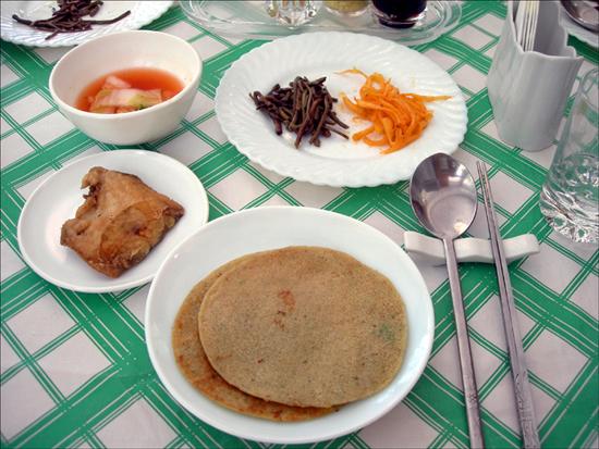 금강산 목란관에서는 각각 개인음식이 차려진다
