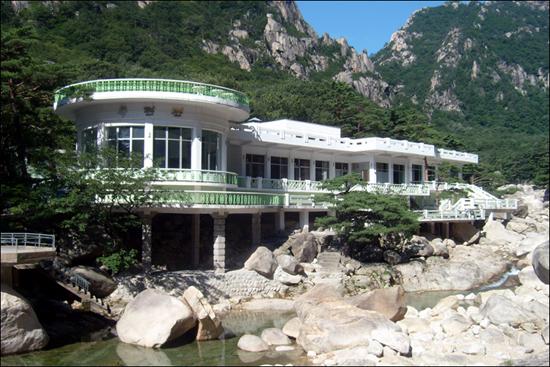 구룡연 입구에 있는 중식전용식당 목란관 전경, 자연과의 조화를 내세운 건축물이 인상적이다