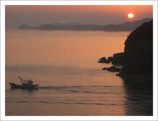 두문진 항의 일출 꽃게잡이 어선의 출항과 일출은 북한 장산곶에서 12 km 떨어진 최전방의 항구로 보기 어려운 평화에 둘러 쌓였다.