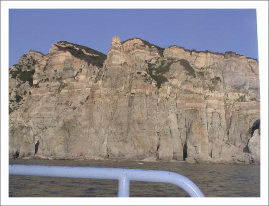 해상에서 바라본 두문진 선대암 일대의 해안모습 세계 어느곳과 비교해도 부족함이 없는 절경이었다. 동영상을 촬영하느라 좋은 사진을 얻지못했다.