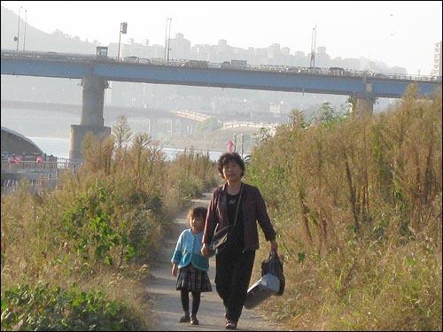 """""""엄마야, 누나야 강변살자"""" 깊어가는 가을, 모녀가 손을 잡고 뚝섬 오솔길을 걷고 있네요."""