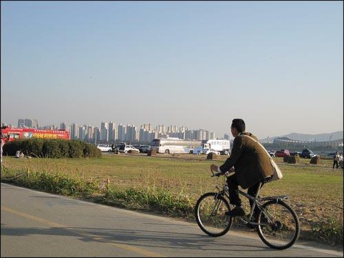 뚝섬유원지 한가로운 오후, 자전거 뒤로 잠실신천지역에 재개발된 아파트들이 보이고 오른쪽으로는 잠실운동장이 보이네요.