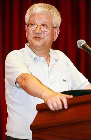 마르크스 경제학자 김수행 교수가 13일 민주노동당 진보정치연구소가 주최한 특별강연에서 '미국의 금융공황과 한국경제'를 주제로 강연하고 있다.