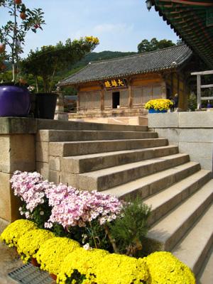 오는 주말 700주년 행사를 위해 꽃단장을 하고 있는 수덕사 경내. 멀리 보이는 건물이 주인공인 대웅전이다.