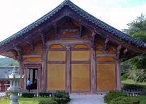 기하학적이면서도 부드러운 곡선이 한국 전통 목조 건축의 가구미를 가장 잘 나타내 주고 있는 대웅전 측면 모습.