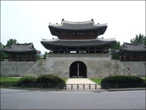 풍남문 현재 남은 전주성의 흔적 중 하나인 풍남문. 한옥마을·경기전·전동성당 인근에 위치해 있다.