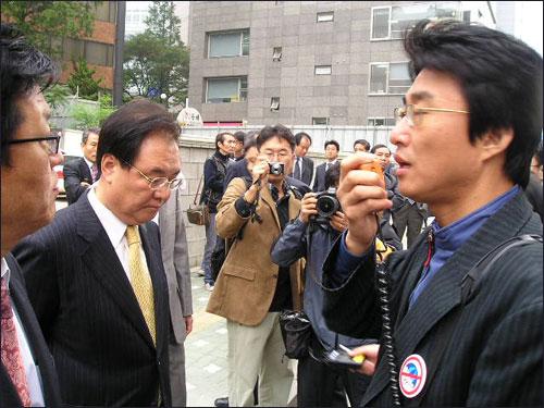 15일 오전 구본홍 YTN 사장이 회사 출근을 시도했다가 조합원들에 가로막혀 돌아갔다. 구 사장과 마주선 노종면 노조위원장이 발언을 하고 있다.