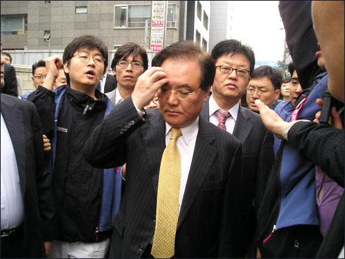 15일 오전 구본홍 YTN 사장이 회사 출근을 시도했다가 조합원들에 가로막혀 돌아갔다.