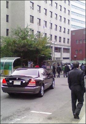 15일 오전 출근을 시도했던 구본홍 YTN 사장은 노조원들의 제지로 회사 차량에 타지 못했다. 홀로 남겨진 에쿠스 차량.