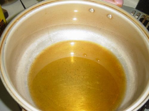 넉넉하게 참기름을 넣고  냄비 밑바닥이 안보일 정도로 참기름을 넉넉하게 넣습니다.