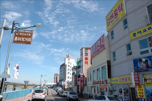 홍어의 거리 영산교 주변 홍어의 거리에 접어들면 홍어의 특유한 냄새가 코를 자극한다.