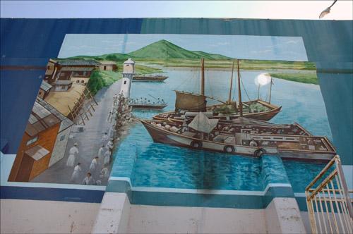 영산포벽화 영산포등대 주변 벽체에 그려져 있는 옛 시절의 상인들과 배가 정박해 있는 그림