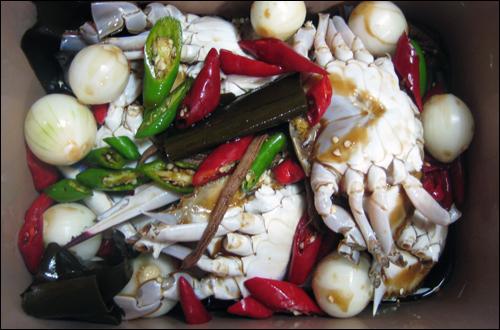 간장게장. 두어 차례 간장을 따라내고 끓인 뒤 식혀 붓는다. 김치냉장고에 보관하면 신선하게 먹을 수 있다.